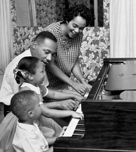 Martin-Luther-King-jr-with-his-Family-2